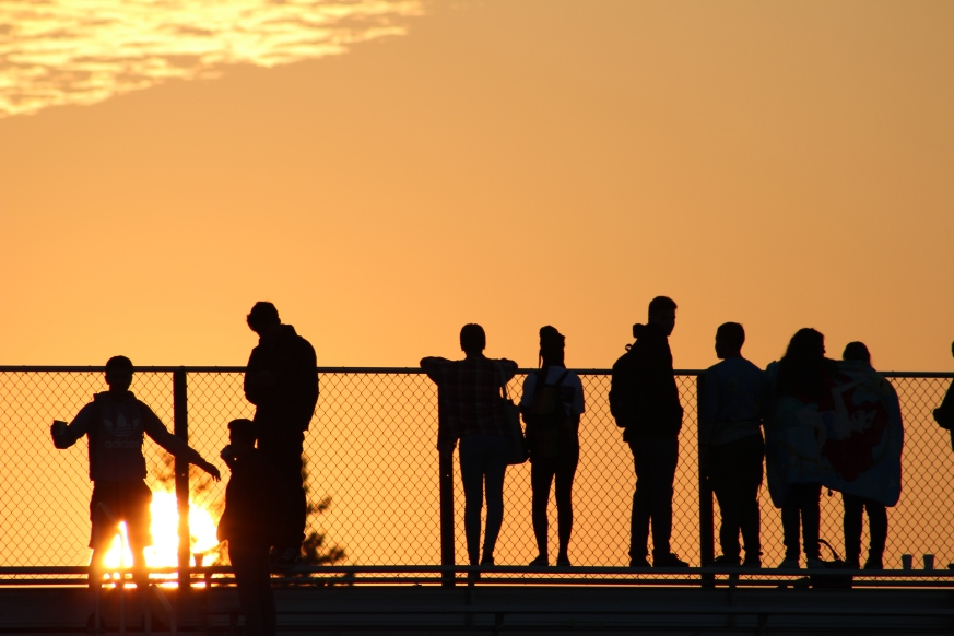 Seniors catch their first glimpse of the sunrise. (Photo by Bruce Tran)